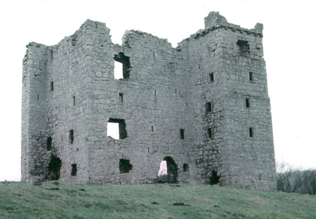 The ruins of Arnside Tower – Author: Alan Longbottom – CC BY-SA 2.0
