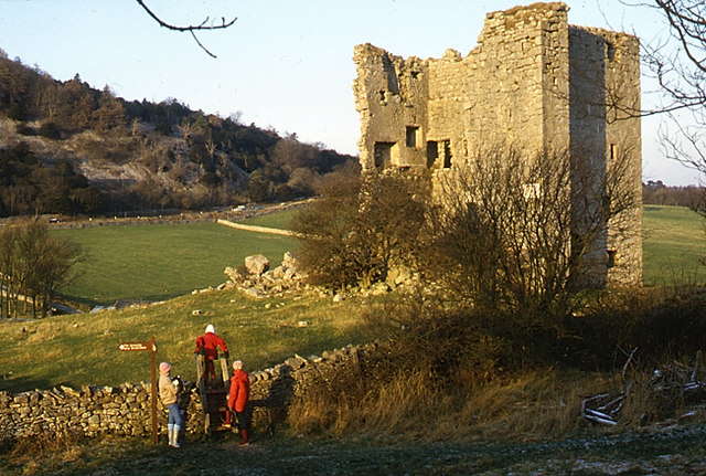 The ruins can be safely enjoyed from distance – Author: Tom Richardson – CC BY-SA 2.0