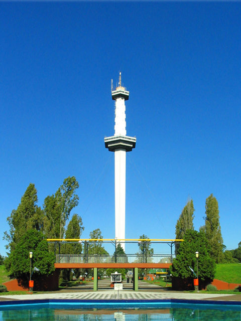 The Torre Espacial observation tower – Author: Ocpconline – CC BY-SA 3.0