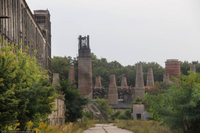 In the background rises the battery of shaft furnaces, built in 1877. Author: Technolirik | technolirik.livejournal.com