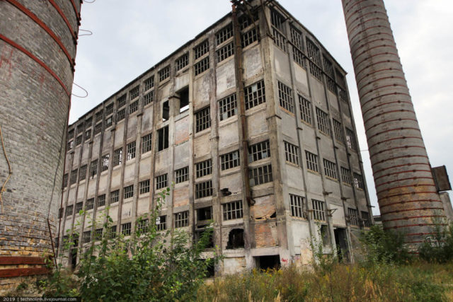 The tallest and most picturesque workshop of the plant, built in 1941 and located between two huge pipes. Author: Technolirik | technolirik.livejournal.com