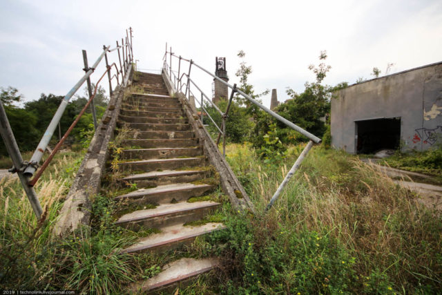 Stairway to the bridge crossing the railway line separating the abandoned chemical plant from the museum park. Author: Technolirik | technolirik.livejournal.com