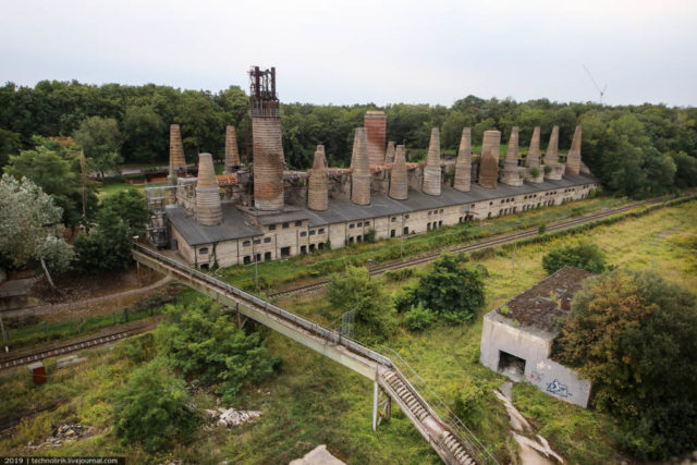 This battery of shaft kilns for burning limestone has worked from 1877 to 1967 for exactly 90 years. Author: Technolirik | technolirik.livejournal.com
