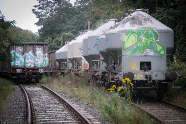 Near the plant are freight cars (left) and cars for the transport of bulk rocks and materials (right). Author: Technolirik | technolirik.livejournal.com