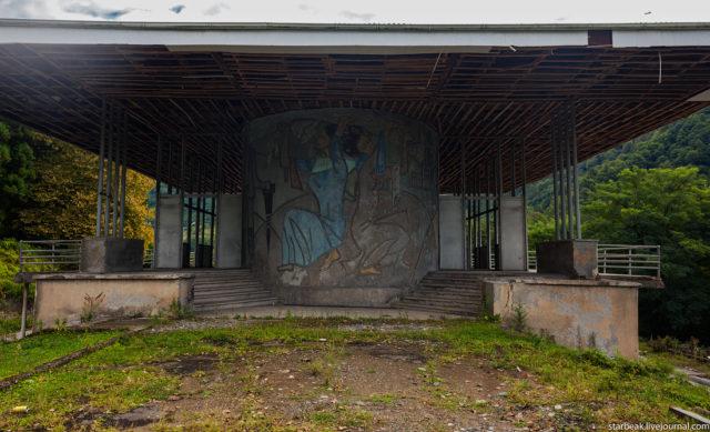 "Abandoned cafe ""Lashkindar."" Author: Alexey Semochkin | Instagram @strbeak"