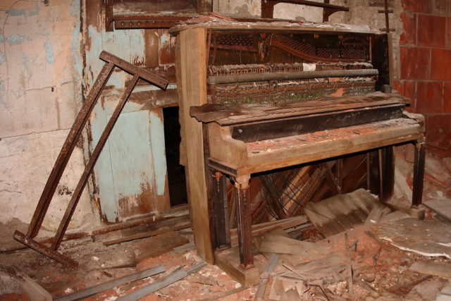 Abandoned piano in the basement of the church. Author: Kevin Key Photography | Facebook @slworking