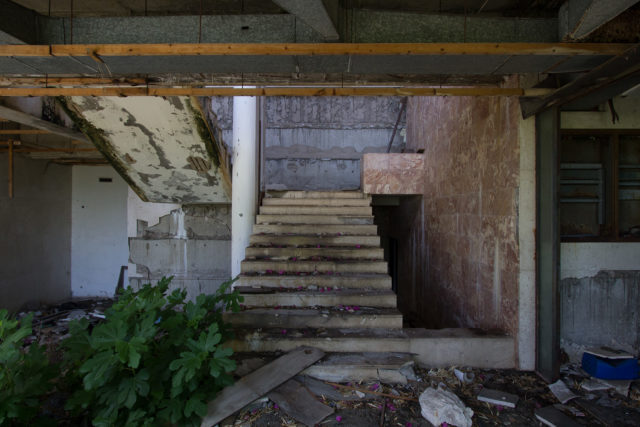 Abandoned and ruined staircase inside the hotel. Author: Nathan Davis | Instagram @1nkd