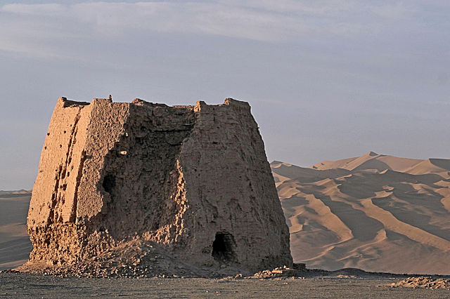 The ruins of the ancient Chinese Dunhuang watchtower from the Han Dynasty (202 BC-220 AD) in Dunhuang, Gansu Province, China - Author: The Real Bear - CC BY 2.0