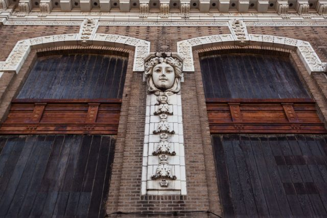 The face along the facade. Author: Matt Lambros | afterthefinalcurtain.net