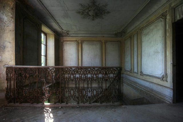 Castle's famous staircase. Author: Cristian Lipovan | www.placessufering.com