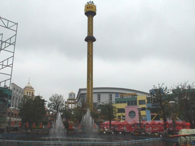 Tower ride and fountain area. Author: David290