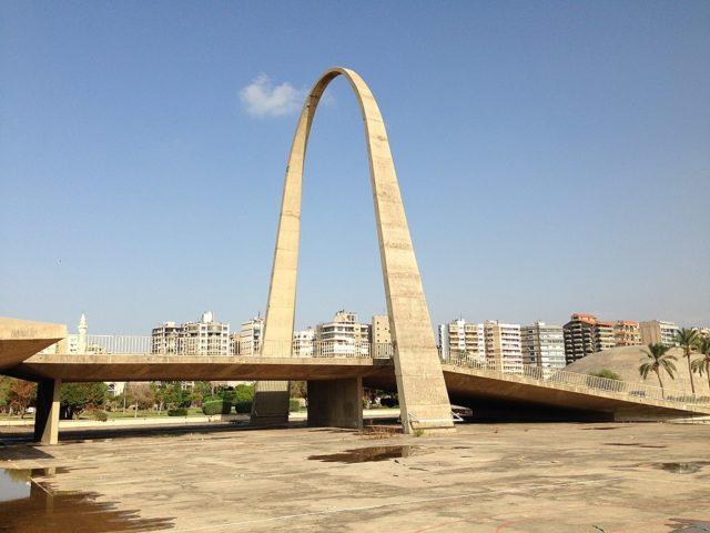 The boomerang-shaped gateway arch. Author: RomanDeckert – CC BY-SA 4.0