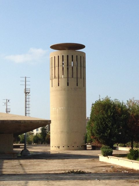 The cylinder-shaped tower as a restaurant. Author: RomanDeckert – CC BY-SA 4.0