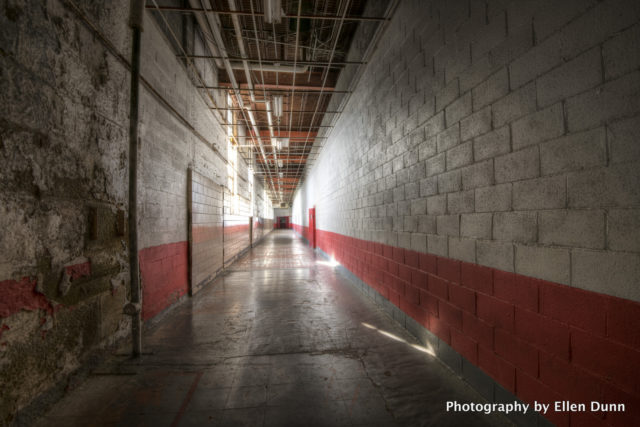 Red hallway. Author: Ellen Dunn Photography – Flickr @ellendunn