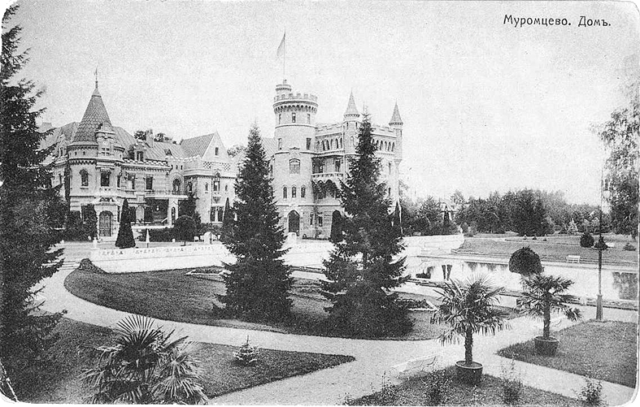 Postcard from the beginning of the 20th century showing the main building of the manor.