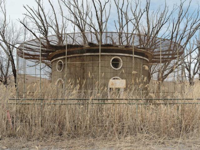 The bird enclosure at the local zoo. Author: Li Yang – liyangphoto.com