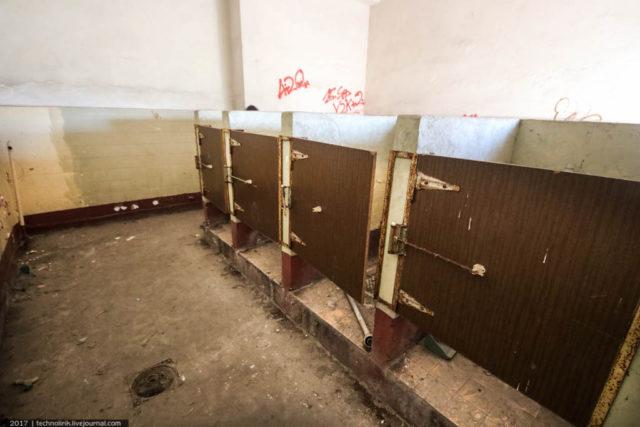 The toilets, still with their original cubicle doors. Author: Alex Technolirik – LiveJournal @technolirik